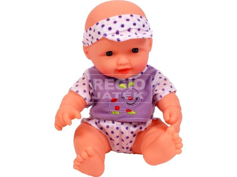 Mini játékbaba lila pöttyös ruhában